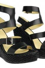 czarne sanda�y Simple na koturnie - wiosna/lato 2012