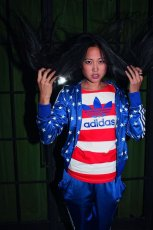 niebieska bluza Adidas w gwiazdki - sezon wiosenny