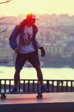 bia�y t-shirt Cropp z nadrukiem - trendy wiosna-lato