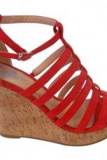 czerwone sanda�y Bata na koturnie - moda 2012