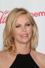 Charlize Theron - blond fryzura do ramion