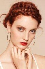 Romantyczny warkocz dooko�a g�owy - modne fryzury