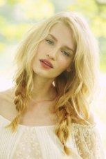 Lu�ne warkocze w kolorze blond  - modne uczesania