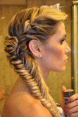 Asymetryczny dobierany warkocz  - fantazyjne fryzury