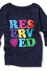 bluzka Reserved w kolorze granatowym z napisami i dekoldem w �odk� na jesie� i zim� 2012/2012