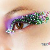 kolorowe kryszta�ki Swarovskiego na fioletowych cieniach - pokaz mody Christian Dior