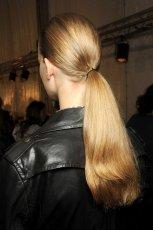w�osy g�adko spi�te w kucyk - Christian Dior
