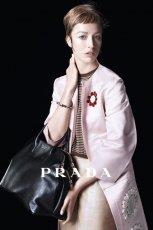 sk�rzana torebka Prada w kolorze czarnym - kolekcja na wiosn� i lato 2013