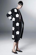 lu�ny p�aszcz Prada z kwiatami w kolorze czarnym - kolekcja na wiosn� i lato 2013