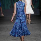 niebieska sukienka Vera Wang we wzory - kolekcja wiosenna