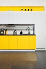 Pi�kna kuchnia w kolorze bieli prze�amanej kolorem ��tym inspirowana mark� Parady�  trendy 2013