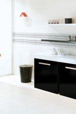 Klasyczna kuchnia w kolorze bieli i czerni z p�ytkami od Parady�  trendy 2013