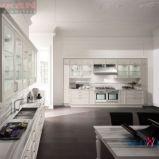 Wygodna kuchnia z meblami w kolorze subtelnej bieli -design od DANKEN