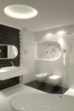 Luksusowa �azienka w kontrastowych kolorach ciemnego br�zu i urzekaj�cej bieli -inspiracje 2013