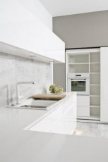 Modne meble kuchenne w kolorze �nie�nej bieli o minimalistycznym charakterze modna kuchnia