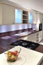 Pi�kne meble kuchenne w kolorze ecru o prostej fakturze modna kuchnia