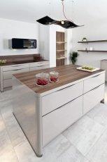 Klasyczne meble kuchenne w kolorze po�yskuj�cej bieli -inspiracje 2013