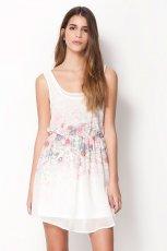 zwiewna sukienka Bershka w kwiaty w kolorze bia�ym - moda na wiosn� i lato 2013