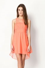 koralowa sukienka Bershka - kolekcja wiosenno-letnia