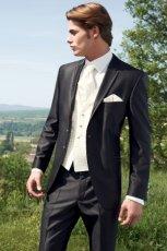 ciemny garnitur �lubny Wilvorst z kremow� kamizelk�