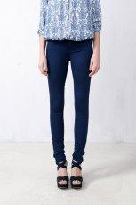 legginsy Pull and Bear w kolorze granatowym - spodnie na wiosn� i lato 2013