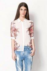koszula Bershka w kwiaty w kolorze ecru - trendy na wiosn�