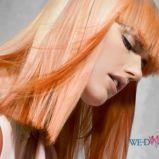 Rude w�osy z blond refleksami - w�osy �redniej d�ugo�ci
