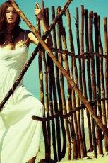 maxi sukienka Stradivarius w kolorze bia�ym - letnie trendy