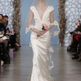 bia�a suknia �lubna Oscar de la Renta z g��bokim dekoltem