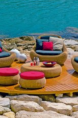 Urzekaj�cy wypoczynek ratanowy z kolorowymi poduszkami -inspiracje ogrodowe 2013