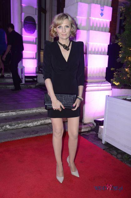 Klasyczna Sukienka W Kolorze Czarnym   Reni Jusis   Stylizacje