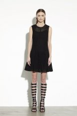 rozkloszowana sukienka DKNY w kolorze czarnym - trendy 2013/14