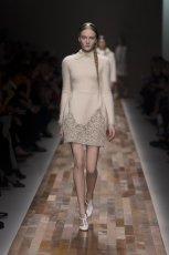 be�owa sukienka Valentino - kolekcja jesienno-zimowa 2013/14