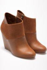 br�zowe na koturnie botki Bershka - najmodniejsze buty na jesie� i zim�