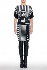 czarno-bia�a sukienka Simple z aplikacj� - jesienna moda
