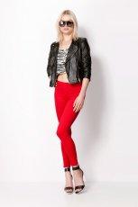 spodnie Bershka w kolorze czerwonym - moda na zim�