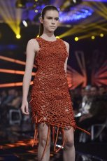 Sukienka z r�cznie plecionej tkaniny