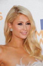 D�ugie blond fale z przedzia�kiem z boku, wyrazisty makija� oczu