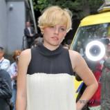 fryzura z grzywk� na bok - w�osy jasny blond