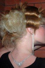Modny jasny blond d�ugi kok fantazyjnie zwi�zany z kwiatem