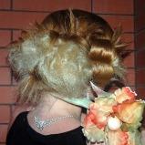 Uroczy jasny blond d�ugi kok fantazyjnie zwi�zany z kwiatem