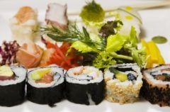 Podano do sto�u... sushi na kobiecie