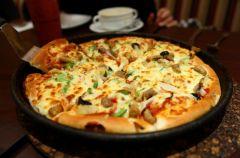 Pizza z pieczarkami, kukurydz� i szynk� (tu�czykiem)