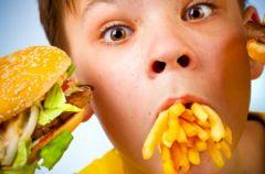 Dzieci jedz� �mieci