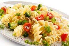 Makaron z broku�ami i pomidorem