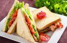 Sandwich z bekonem, sa�at� i pomidorem
