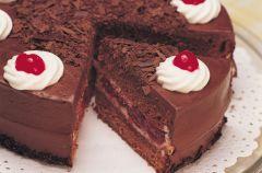 Tort czekoladowo-migda�owy z krem rabarbarowym