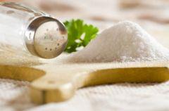Skuteczne sposoby na ograniczenie spo�ycia soli
