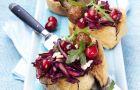 Crostinis z mielonymi kotlecikami, sa�atk� z cranberry i modrej kapusty