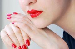 Czerwony akcent - trendy w makija�u